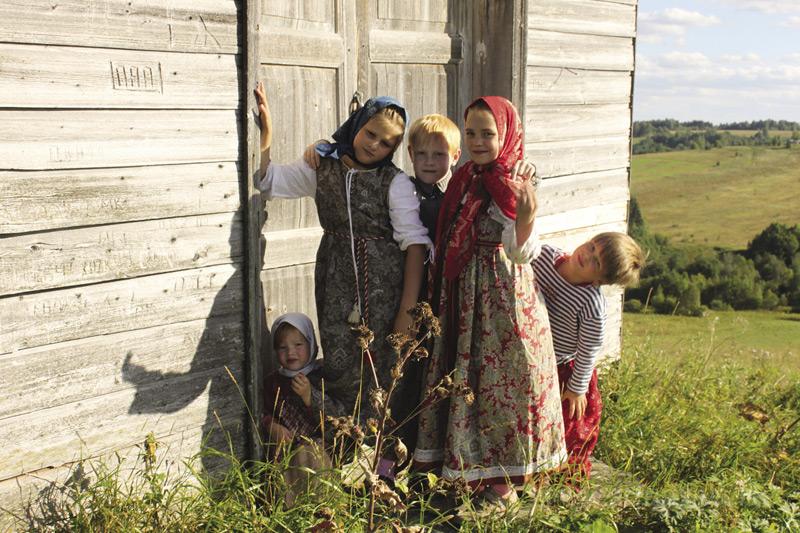 Катя, Маша и Саша с друзьями в Архангельской области