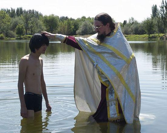 Отец Даниил Сысоев совершает Таинство Крещения