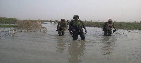 Нигерийский патруль во время наводнения в лесу Самбиси