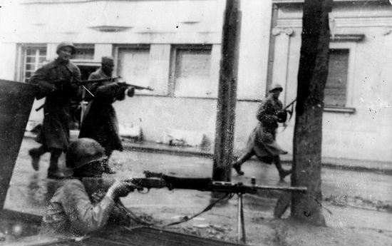 Бойцы Красной Армии ведут бой на улицах Белграда