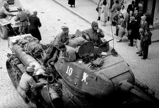 Танк Т-34-85 №10 36-й гвардейской танковой бригады на улице Белграда