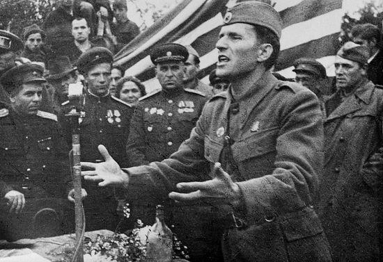 Генерал-лейтенант НОАЮ Пеко Дапчевич на митинге в Белграде в честь освобождения города