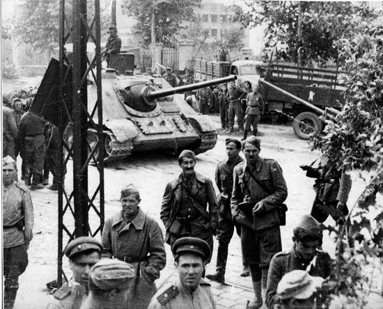 Советские и сербские военнослужещие и САУ СУ-85 в Белграде