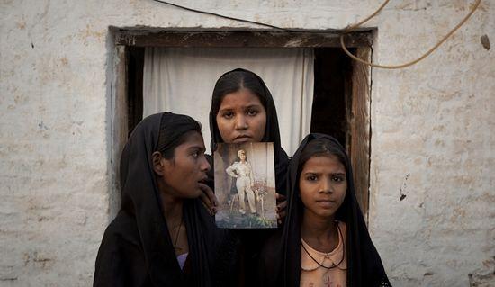 Дочери Асии держат фотографию своей мамы
