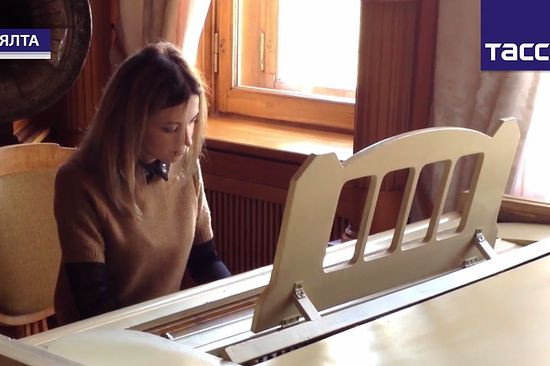 Наталья Поклонская играет на рояле императрицы Александры Феодоровны
