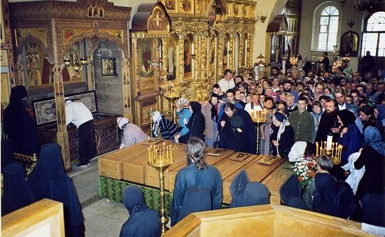 Мощи старцев обретенные в 1998 году перед ракой преподобного Амвросия