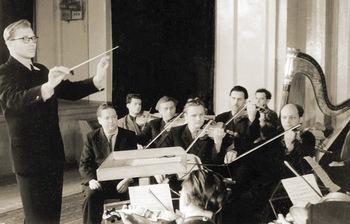 С.З. Трубачев дирижирует симфоническим оркестром. Петрозаводск, 1950-е годы