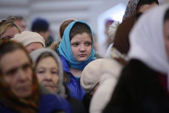 Люди молятся в новом храме