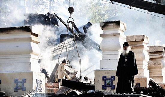 Архиепископ Екатеринбургский и Верхотурский Викентий на пепелище. 14 сентября 2010 г.