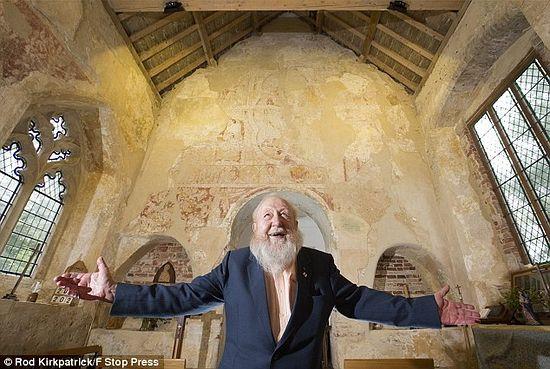 Непоколебимый Боб Дейви потратил 22 года, чтобы восстановить церковь в Хоутон-он-Хилл в ее прежнем величии. Фото: Род Киркпатрик / F Stop Press