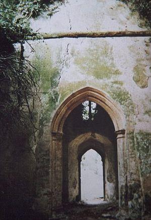 На этих фотографиях 1992 года внутренние стены полуразрушенного храма потрескавшиеся и обветшалые от старости