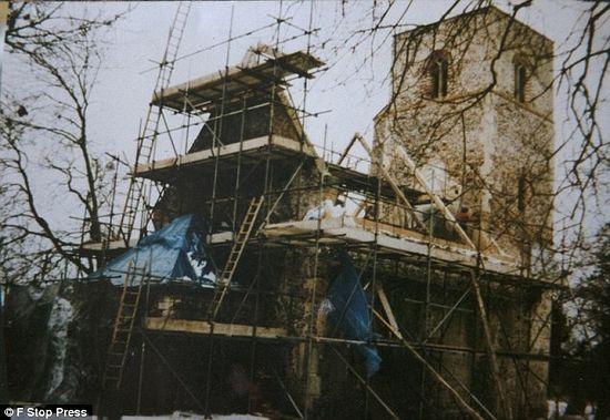 На фотографии 1996 года крыша церкви в Норфолке перестраивается. Фото: F Stop Press