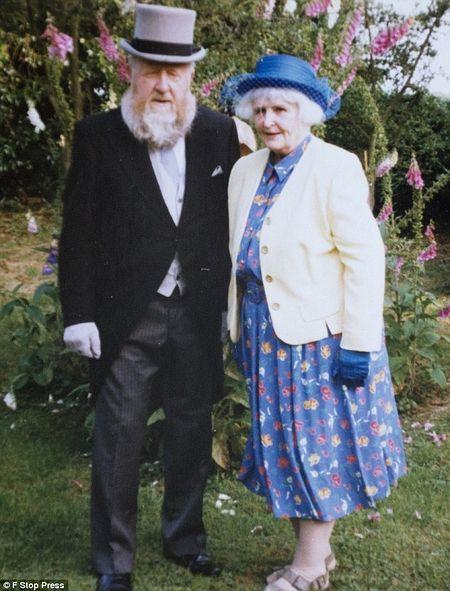 Боб и его ныне покойная жена Глория в 2005 году: именно она обратила его внимание на заброшенную церковь. Фото: F Stop Press