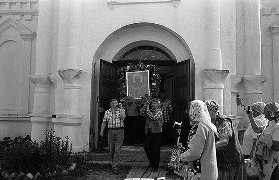 Вынос чудотворной иконы Святителя Николая из врат храма Николо-Теребенского монастыря