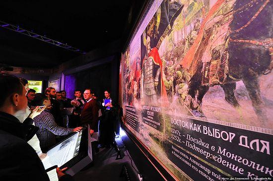 Павел Кузенков проводит экскурсию будущим экскурсоводам. Фото: Дмитрий Гливинский / Православие.Ru
