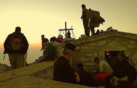 Паломники у храма Преображения