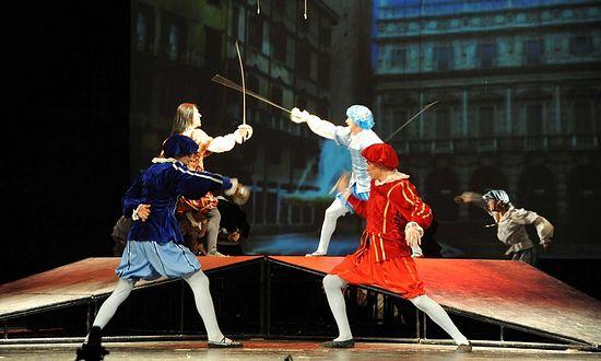 """Сражение Капулетти и Монтекки. Сцена из спектакля """"Ромео и Джульетта"""""""
