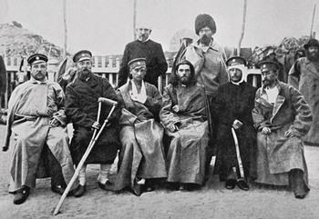 Протоиерей Стефан Щербаковский (4-й слева) в Харбинском госпитале среди раненных в Тюренческом бою