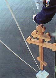 На месте сражения «Варяга» с японской эскадрой российские моряки опустили памятный крест (2004 год) Фотография из журнала «Нескучный сад»