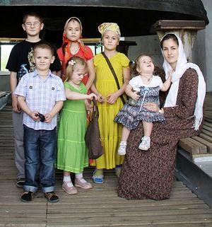 Матушка Юлия Артамонова с детьми