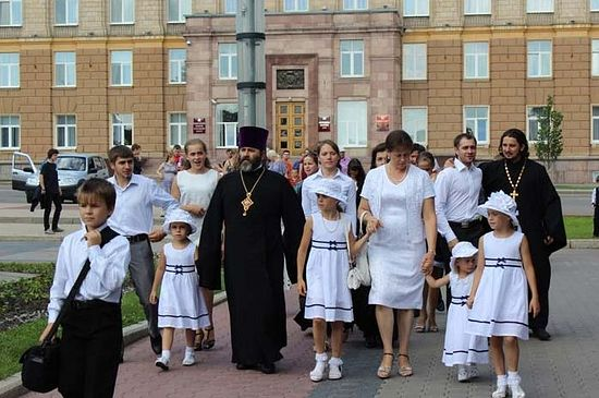 Протоиерей Иоанн Осяк (на переднем плане) с детьми