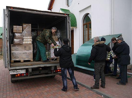 Разрузка очередной партии продуктов для беженцев.