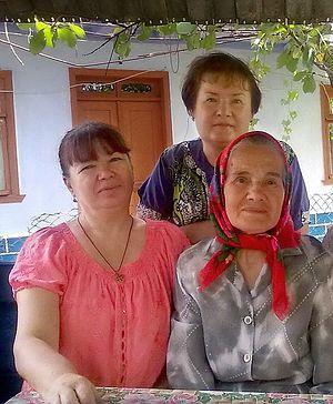 Бабушка Василина (в центре)