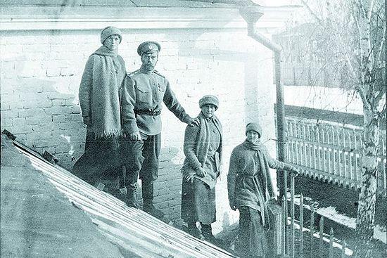 После революции: Николай Романов с дочерьми Ольгой, Анастасией и Татьяной в ссылке. Тобольск, зима 1917