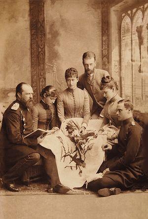 Великокняжес-кая чета в гостях у дармштадтских родственников. Великая княгиня Елизавета Федоровна — вторая справа; вторая слева — принцесса Алиса, будущая императрица Александра Федоровна