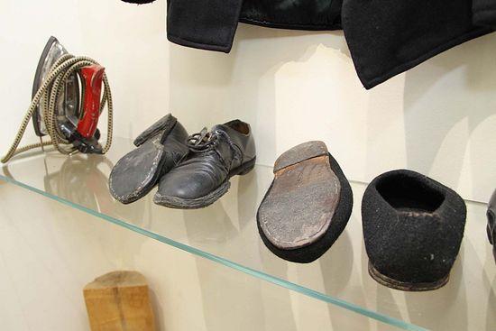 Patriarche Pavle se réparer ses chaussures, de prolonger sa vie.