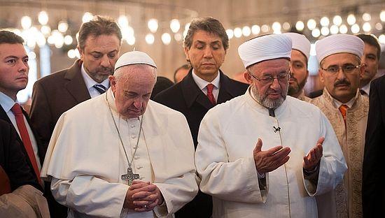 Папа Римский молится в Голубой мечети вместе с муфтием Стамбула Рахми Яраном