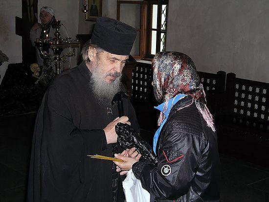 Старец Авель (Македонов) с прихожанкой. Фото: Антон Тополов