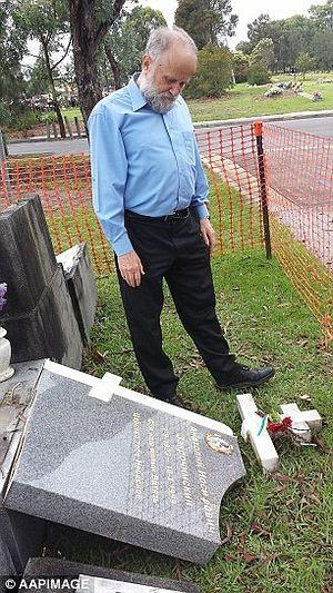 Иван Кудрин стоит рядом с могилой учителя русского языка – Анатолия Закрочимского