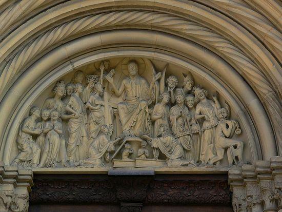 Скульптурная композиция над одним из входов в собор