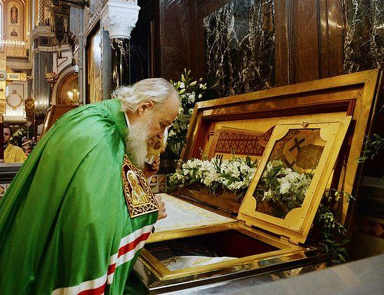 Святейший Патриарх Московский и всея Руси Кирилл у раки с мощами святителя Филарета Московского