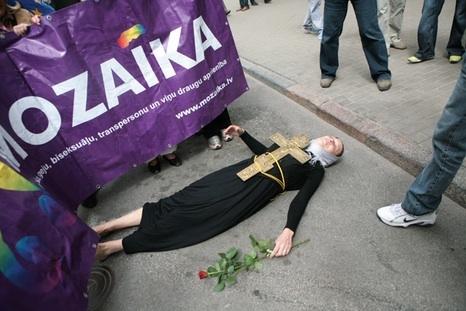 Супруга Каспарса, легшая поперек шествия содомитов