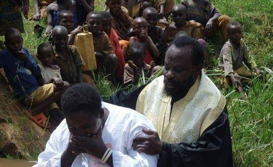 Епископ Иннокентий (Бьякатонда), управляющий кафедрой Бурунди и Руанды совершает Таинство крещения