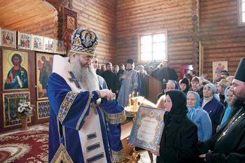 2011 год, престольный праздник в Сретенском храме. Владыка Лонгин награждает прихожан, потрудившихся на его строительстве. Справа — настоятель, отец Тарасий