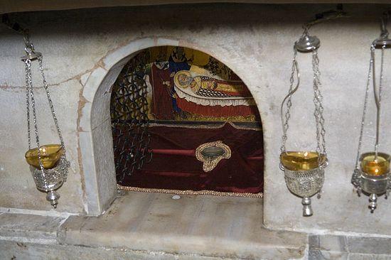 Мраморный престол над мощами свт. Николая в крипте базилики, Бари (Италия). Фото: А.Поспелов / Pravlib.ru