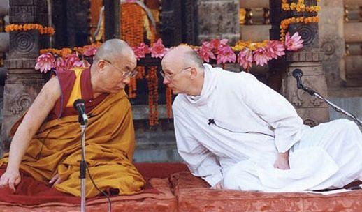 Далай Лама и католический свящ. Лоуренс Фримен, практикующий медитации