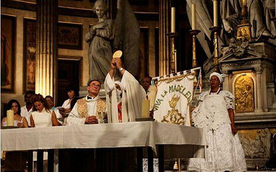 Католическая месса, совмещенная с ритуалами культа вуду. Базилика св. Марии Магдалины, Париж. 2011 г.