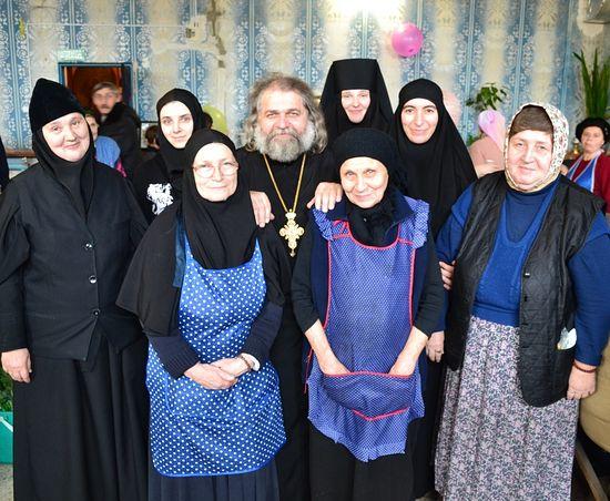Духовник обители о.Андрей Дубина с сестрами обители