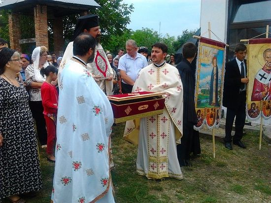 (A cross procession with a particle of the relics of St. Seraphim in the church in his name in Kaminesk