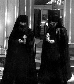После пострига. Монахи Серафим (Роуз) и Герман (Подмошенский) перед скитской церковью. 1427 окт. 1970 г.