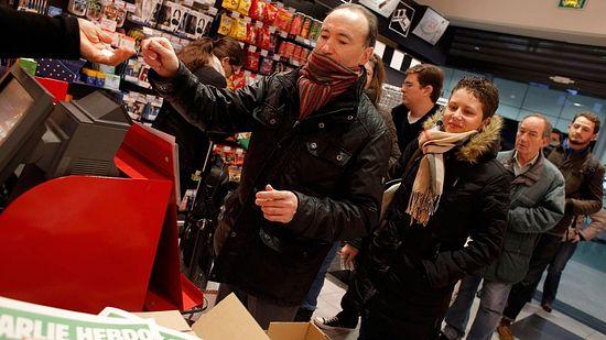 Французы стоят в очереди за новым выпуском «Charlie Ebdo»