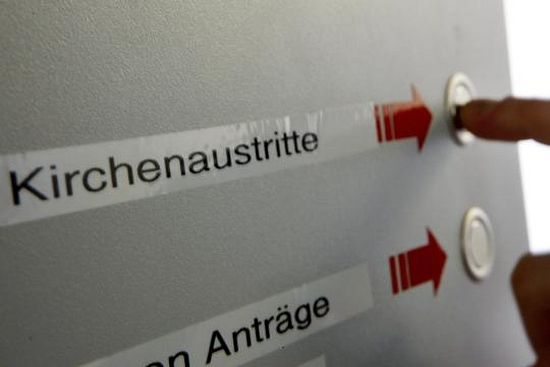 Выход из церкви несложно зафиксировать. Указатели автомата, установленного в районном суде Кельна, показывают, куда нужно нажать, чтобы выйти из католической или евангелической церкви