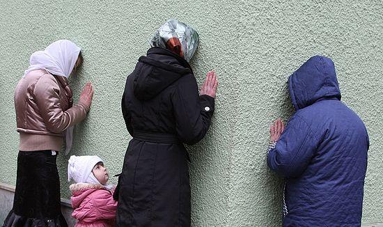 Женщины молятся у стен часовни блж. Ксении Петербургской на Смоленском кладбище. Фото: Юрий Костыгов