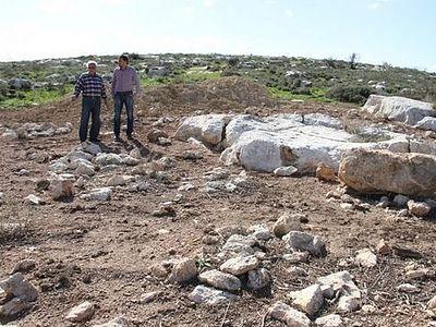 Израильский кибуц оскверняет христианское кладбище