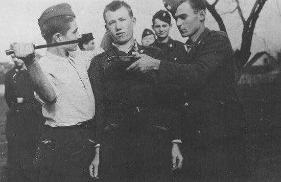 Хорватские усташи собираются зарезать серба. Один из них держит тарелку у его шеи