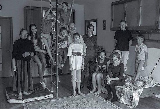 Семья Ялтанских. Также присутствует супруг старшей из дочерей Александр Бурганов